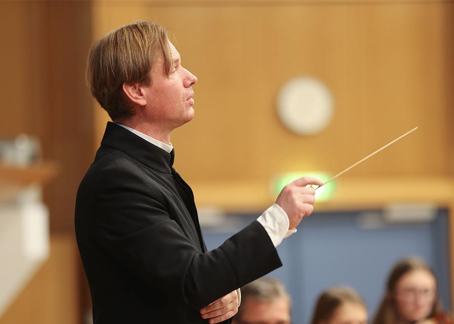 Dirigent Stephan Höllwerth Salzburg dirigiert