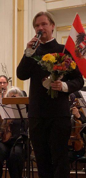 Stephan Höllwerth moderiert eine Musikveranstaltung